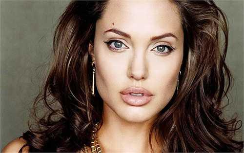 Đôi môi của Angelina Jolie rất gợi cảm, ướt át