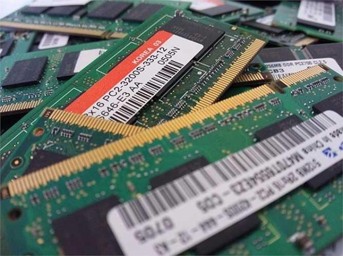 RAM - viết tắt của bộ nhớ truy cập ngẫu nhiên (random access memory) - là nơi lưu trữ thông tin của hệ thống và có tốc độ truy xuất dữ liệu cực nhanh. Nếu máy tính của bạn bị thiếu hụt bộ nhớ RAM, hiện tượng máy chạy chậm là điều khó tránh khỏi, và gắn thêm RAM là việc làm cần thiết. Giá RAM hiện cũng khá rẻ và việc lắp ráp nó vào máy cũng rất dễ dàng.