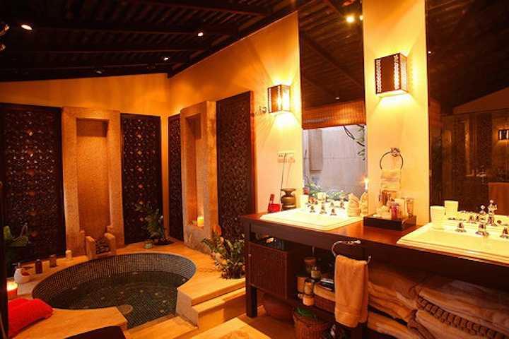 Hồ tắm jacuzzi tinh tế được đặt trong phòng riêng của hoa hậu, là nơi cô thư giãn sau một ngày làm việc mệt nhọc.