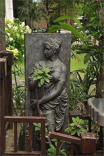 Những bức tượng, phù điêu và các bình gốm được bố trí hợp lý tô điểm thêm vẻ sang trọng cho mái ấm của nữ chủ nhân.
