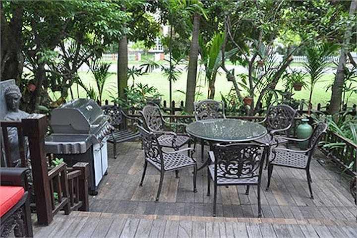 Những khoảng sân dạng terrace cũng được bố trí sát vườn cây.