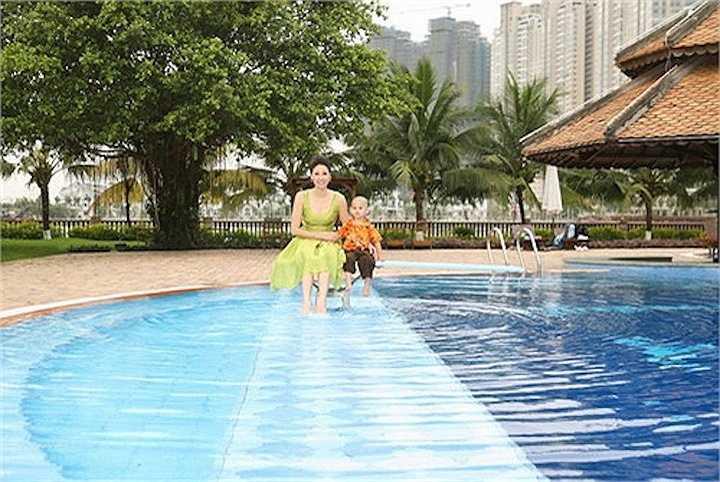 Hồ bơi là nơi hoa hậu chơi đùa cùng con cái hoặc nằm đọc sách.