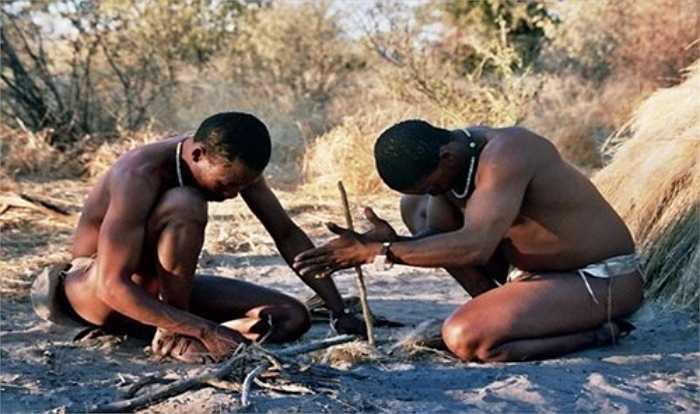 Người San ở miền Nam châu Phi vẫn sử dụng những công cụ cổ xưa có từ hàng ngàn năm trước. Một số công cụ của họ có niên đại khoảng 44.000 năm tuổi.