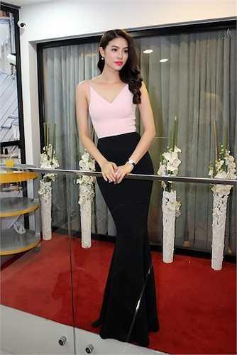 Tối qua (19/6), nữ diễn viên Lý Nhã Kỳ đã tổ chức buổi triển lãm trang sức kim cương tại TP.HCM.