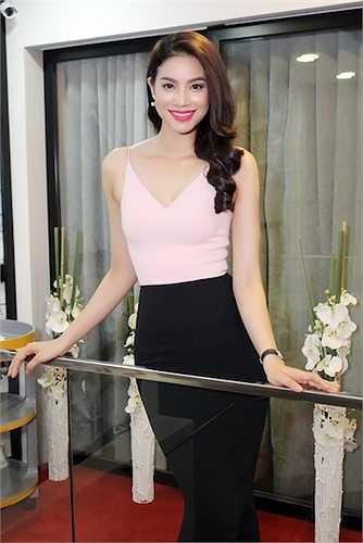 Đến chúc mừng đàn chị Lý Nhã Kỳ, Á hậu Phạm Hương xuất hiện vô cùng nổi bật.