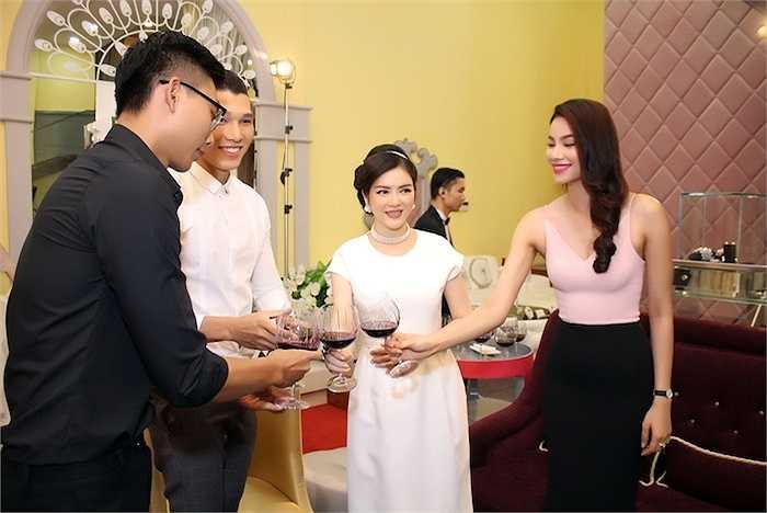 Phạm Hương chúc mừng đàn chị.