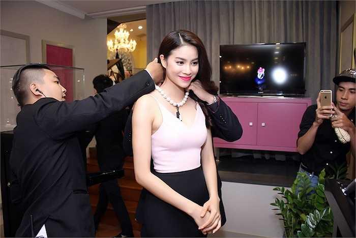 Trong đêm tiệc, Phạm Hương cũng được nhân viên của Lý Nhã Kỳ chọn cho những món trang sức đắt tiền.