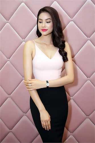 Chiếc đầm hai dây màu hồng ngọt ngào giúp cô phô diễn được những đường cong đắt giá.