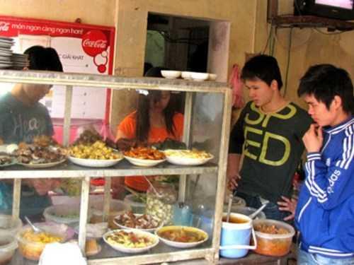 """""""Tái chế"""" đồ ăn thừa là hành vi phổ biến ở nhiều quán ăn bình dân hiện nay"""