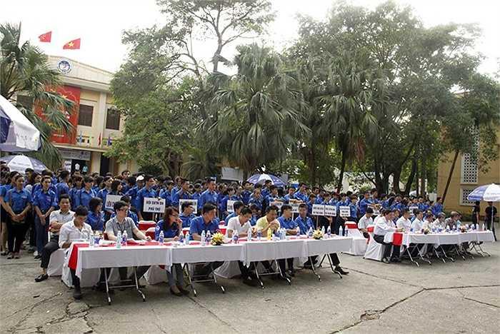 Lễ ra quân có sự tham gia của lãnh đạo TƯ Đoàn, Thành Đoàn Hà Nội, Đảng ủy, Ban Giám hiệu nhà trường cùng đông đảo các bạn sinh viên tình nguyện Đại học Kinh tế Quốc dân