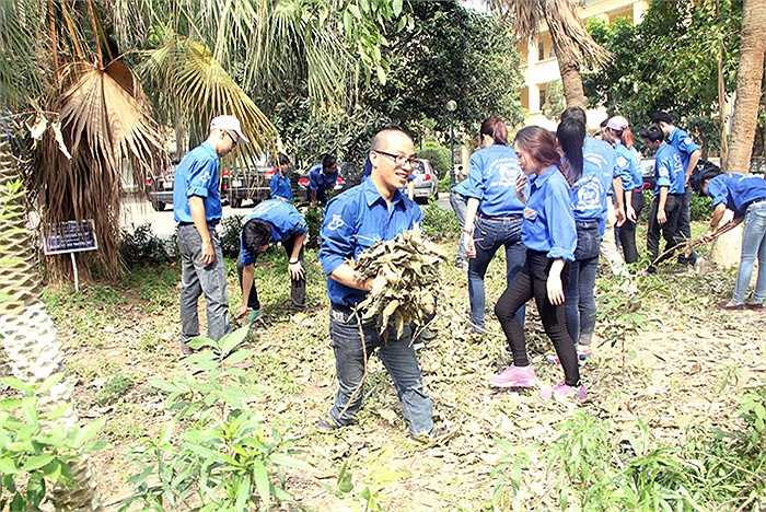 Những hoạt động bổ ích, ý nghĩa của đội sinh viên tình nguyện Đại học Kinh tế Quốc dân đã thu hút được đông đảo sinh viên trong trường tham gia. Thậm chí, những sinh viên khuyết tật cũng hào hứng tham gia hoạt động tình nguyện