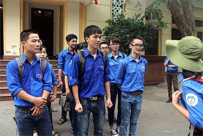 Cũng trong sáng 20/6, đội sinh viên tình nguyện Đại học Kinh tế Quốc dân đã lên đường tìm nhà trọ miễn phí cho các thí sinh tham dự kỳ thi THPT quốc gia 2015