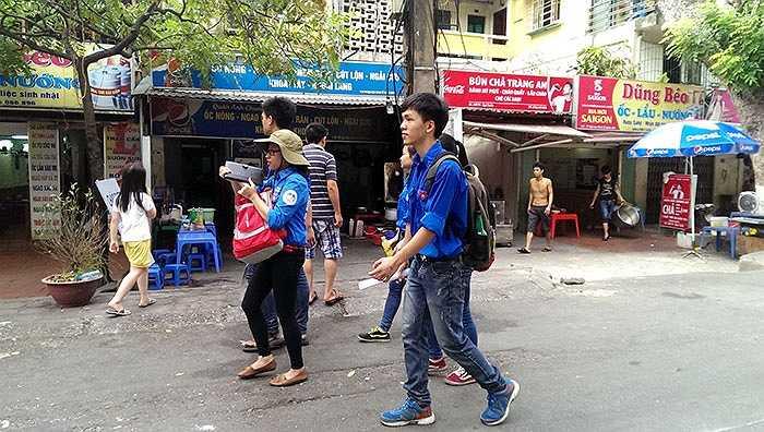 Những bạn sinh viên tình nguyện không ngại nắng nóng, đi vào các khu dân cư để liên hệ nhà trọ miễn phí cho những thí sinh con gia đình chính sách và có hoàn cảnh khó khăn