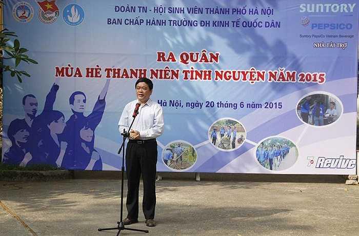 GS.TS. Trần Thọ Đạt - Bí Thư Đảng ủy - Hiệu trưởng trường Đại học Kinh tế Quốc dân phát biểu giao nhiệm vụ và chúc các tình nguyện viên có một chiến dịch thành công