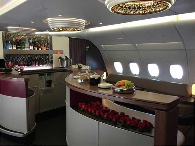 Hành khách hạng thương gia hoặc khoang hạng nhất của hãng hàng không tốt nhất thế giới Qatar Airways, hành khách có thể nhận được hoa tươi, thưởng thức rượu hảo hạng hay các món ăn nhẹ dưới ánh điện đèn chùm lung linh.
