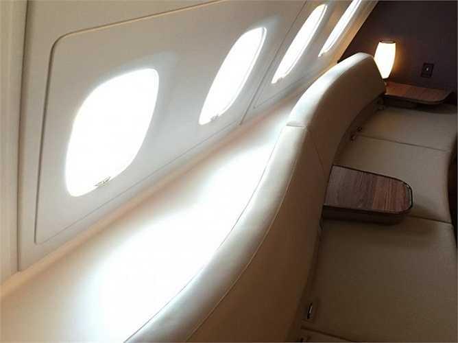 Sảnh chờ được trang bị những chiếc ghế da giúp hành khách có thể ngả lưng trên những chuyến bay dài.