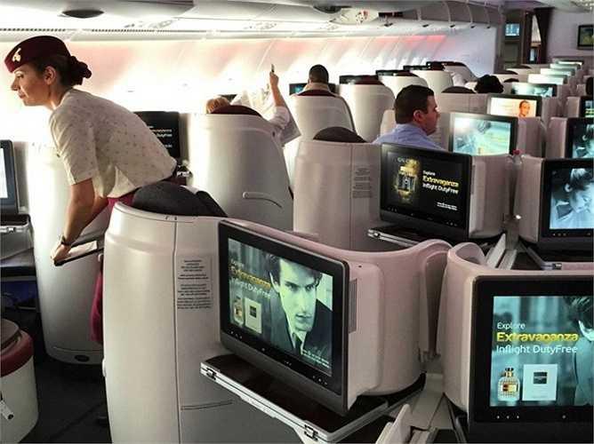Mỗi ghế ngồi của hãng Qatar Airways đều trang bị một màn hình HD giúp hành khách có thể thoải mái chơi game, xem những bộ phim hay.