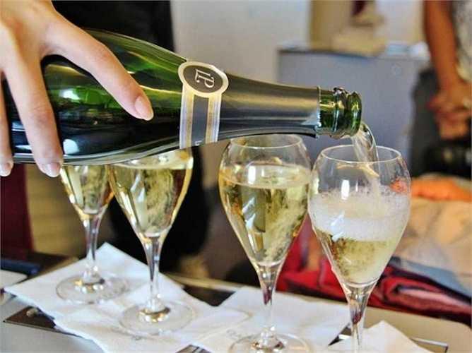 Hành khách còn được phục vụ các loại rượu hảo hạng.