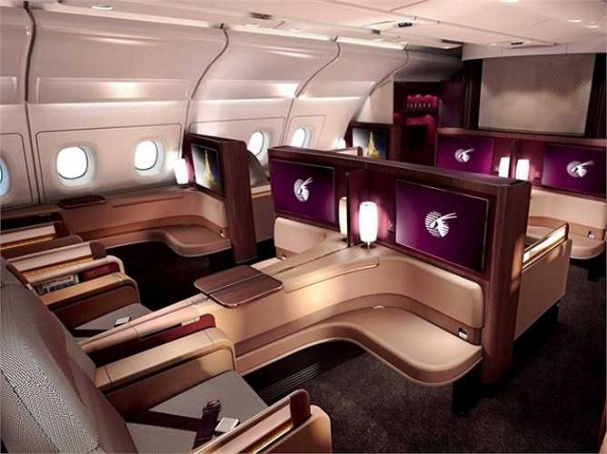 Trên khoang hạng nhất của chiếc máy bay A380, các ghế ngồi được thiết kế rộng rãi và được ngăn cách bởi các vách ngăn, giúp hành khách có được không gian riêng tư cũng như tránh được những phiền nhiễu xung quanh.