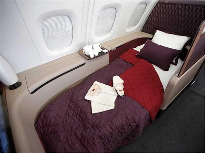 Ghế ngồi trong khoang hạng nhất có thể ngả dài đến 2,2m thành chiếc giường ngủ êm ái. Bên cạnh đó, mỗi ghế ngồi của hành khách còn có tủ để đồ, ngăn cất giày dép.