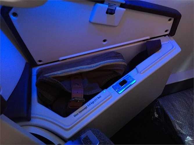 Cạnh ghế có một hộp lưu trữ nhỏ đựng bộ dụng cụ cá nhân cho hành khách.