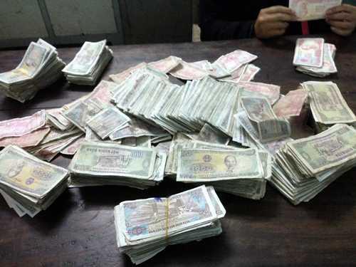 Đổi tiền rách nát ở ngân hàng không mất phí