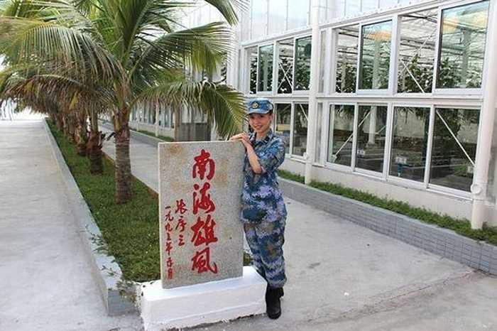Một nữ quân nhân Trung Quốc chụp ảnh trên đá Chữ Thập