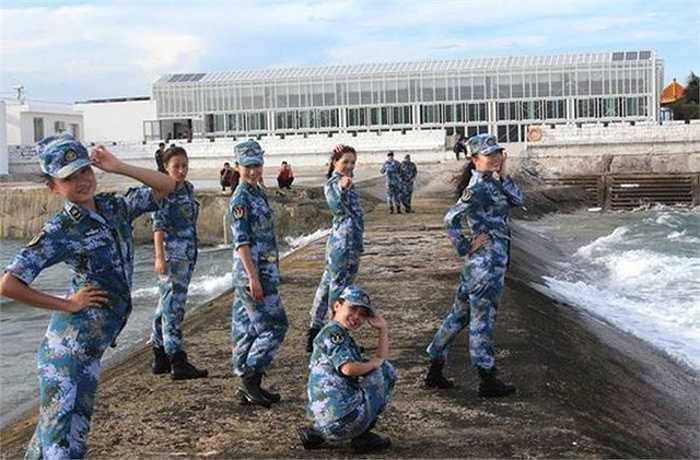 Trong bộ ảnh còn xuất hiện các nữ quân nhân Trung Quốc