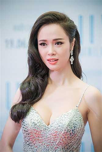 Không nhiều kinh nghiệm diễn xuất, Vũ Ngọc Anh chạm ngõ điện ảnh bằng một vai diễn thực sự nặng ký với chính cô. Tuy nhiên, nhà văn Nguyễn Văn Thọ, tác giả tiểu thuyết 'Quyên' sau khi xem xong bộ phim đã tới chúc mừng nữ diễn viên.