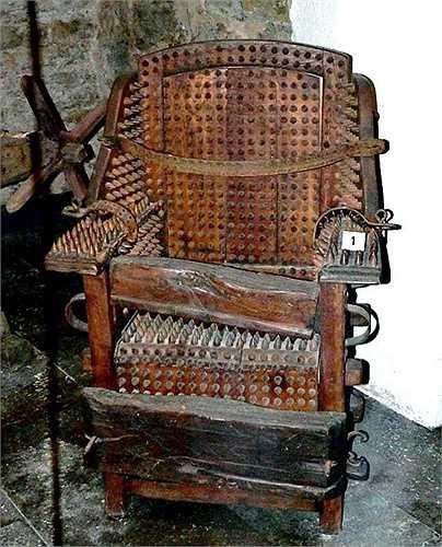 4. Ghế Tây Ban Nha. Tù nhân sẽ bị bắt buộc phải ngồi trên chiếc ghế đầy đinh nhọn này. Chưa hết, bên dưới ghế sẽ bị đốt nóng và khiến cho cơ thể tù nhân trở nên vô cùng đau đớn
