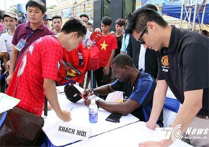 Andy Cole mỏi tay ký tặng người hâm mộ ở sân vận động Bách Khoa chiều qua. (Ảnh: Quang Minh)