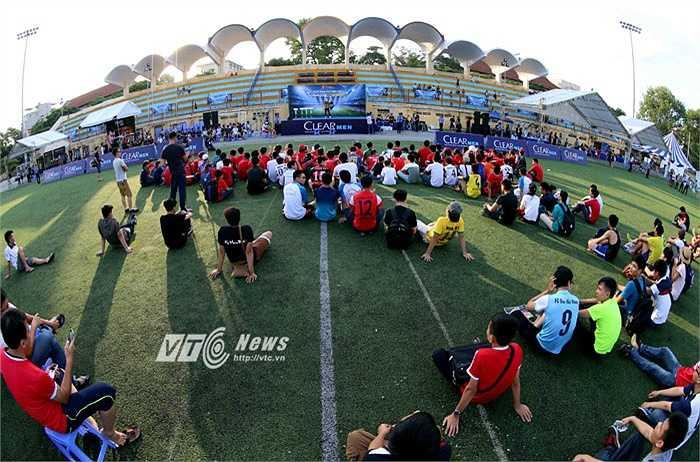Sân Bách Khoa đón hàng trăm fan Man Utd tới dự sự kiện. (Ảnh: Quang Minh)