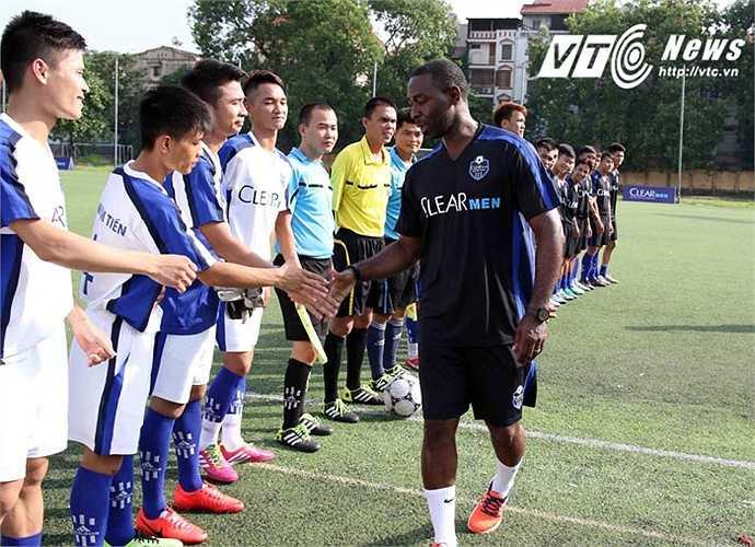 Andy Cole bắt tay chúc mừng cầu thủ tham dự trận đấu chọn tài năng. (Ảnh: Quang Minh)