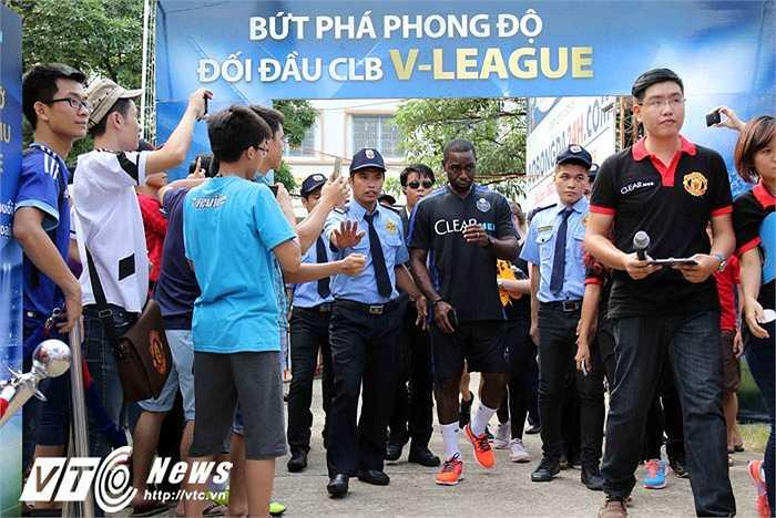 Giữa vòng vây fan Man Utd. (Ảnh: Quang Minh)