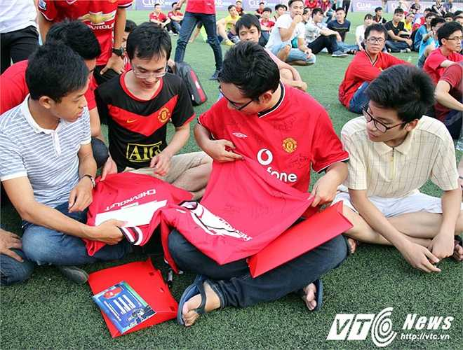 Các fan Man Utd hạnh phúc với chữ ký của Andy Cole lên áo. (Ảnh: Quang Minh)