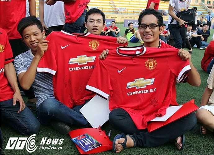 Những chiếc áo từ thời xa xưa của Man Utd được gìn giữ cho dịp đặc biệt này. (Ảnh: Quang Minh)