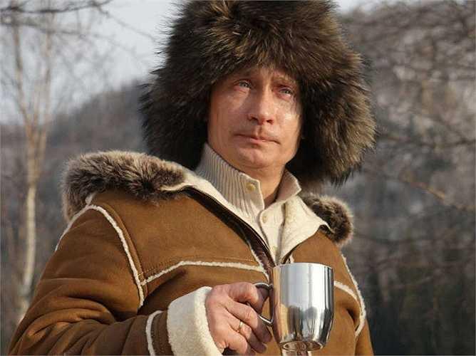 Tổng thống Nga nhâm nhi ly rượu dưới tiết trời giá lạnh ở