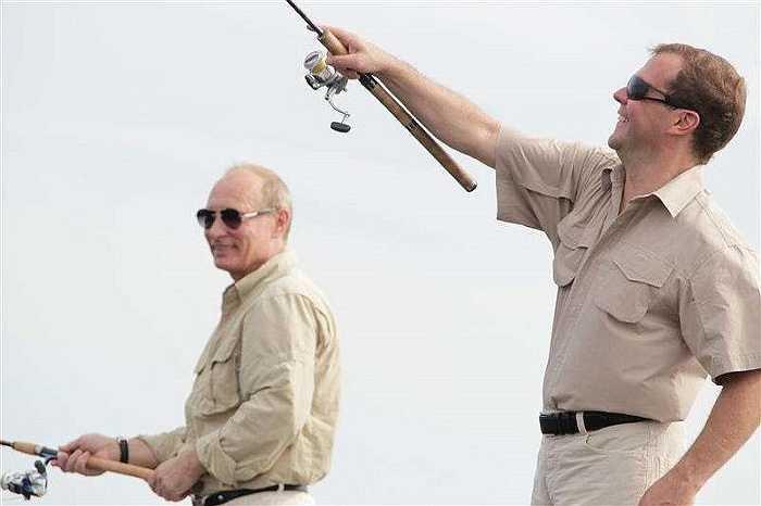 Ông Putin và Thủ tướng Dimitry Medvedev câu cá trên sông Volga