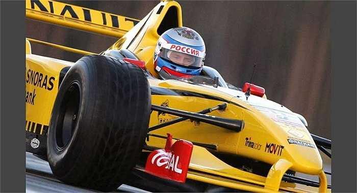 Ông Putin ngồi trên chiếc xe đua Renault tại cuộc đua xe tổ chức ở ngoại ô St.Petersburg
