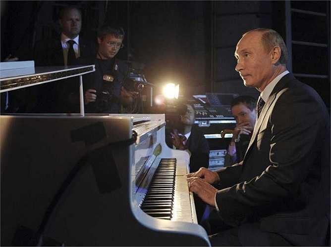 Ông Putin chơi piano trong một sự kiện tổ chức ở Nhà hát quốc gia Moscow