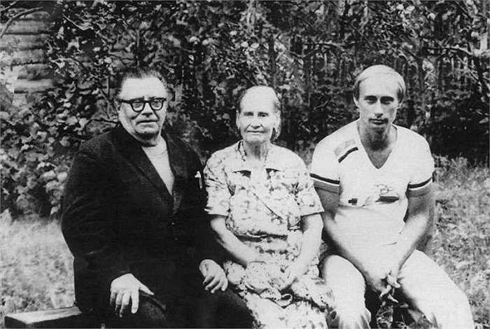 Nhà lãnh đạo nước Nga (phải) thời còn trẻ