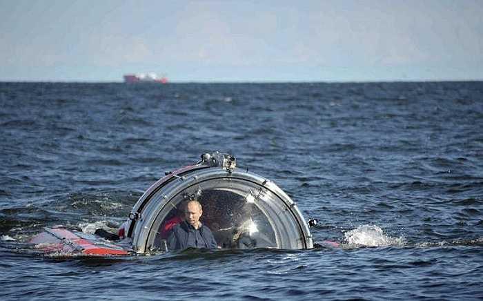 Ông Putin trên con tàu lặn Sea Explorer 5 ở vịnh Phần Lan