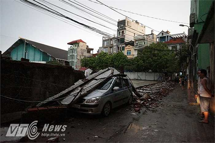 Bức tường dài cả chục mét trong ngõ 104 phố Nguyễn An Ninh (Hai Bà Trưng, Hà Nội) bị đổ sập.