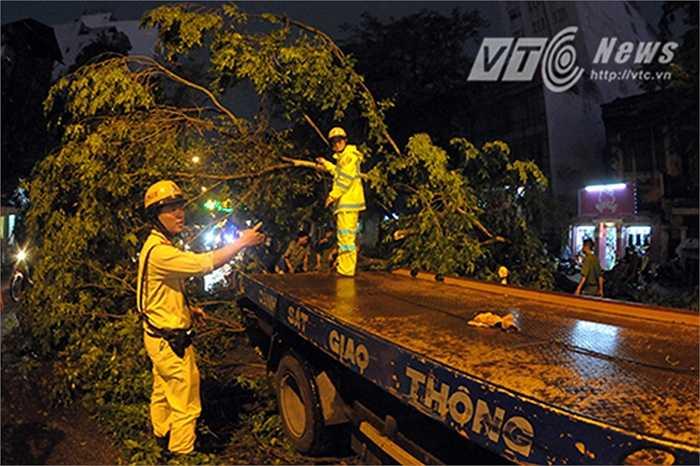 Cảnh sát giao thông dùng xe kéo để di chuyển những cây bị ngã đổ trên đường Trần Hưng Đạo.