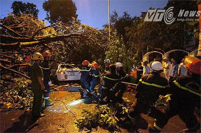 Lực lượng Phòng cháy chữa cháy tham gia ứng cứu, khắc phục hậu quả do trận cuồng phong để lại.