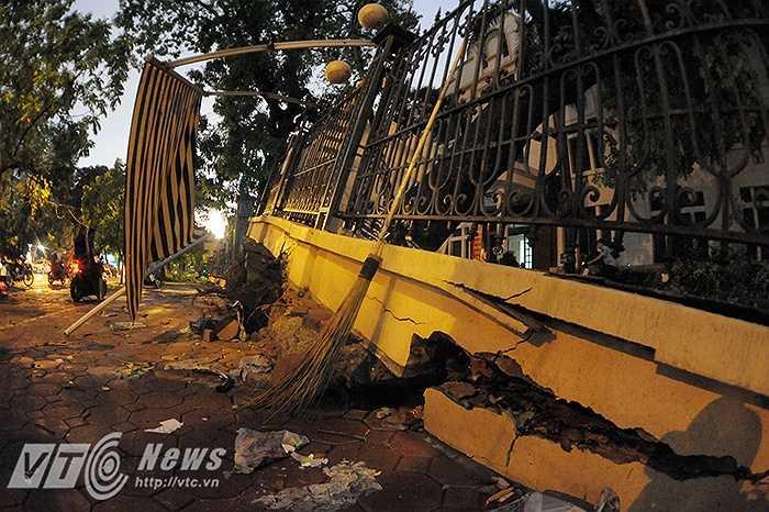 Cả một đoạn tường dài của Viện kiểm nghiệm thuốc Trung ương chục mét cũng bị hư hại.