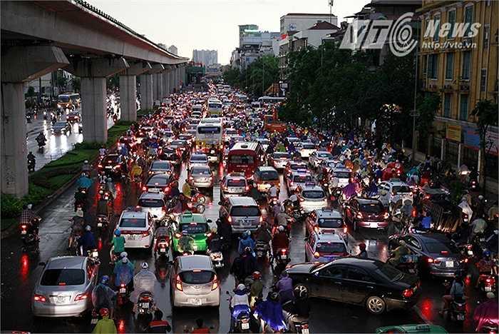 Trận mưa giông đã làm giao thông ở TP. Hà Nội rơi vào cảnh hỗn loạn, nhiều tuyến phố bị tê liệt hàng giờ đồng hồ.