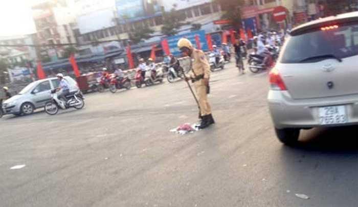Người đi đường qua khu vực ngã tư Cầu Giấy, Hà Nội chứng kiến hình ảnh một cảnh sát giao thông cầm chổi quét những mảnh sứ vụn vỡ văng tung tóe trên đường dưới trời nắng nóng. Hình ảnh đẹp này đã gây được ấn tượng tốt từ nhiều người đi đường.