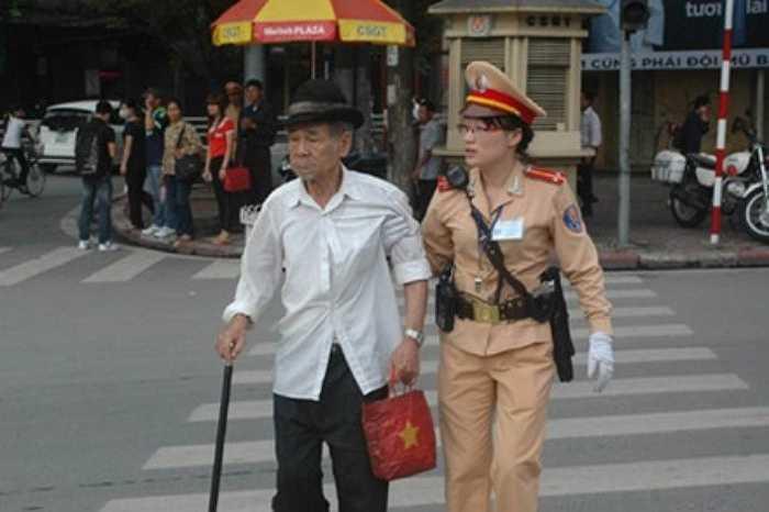 Nữ cảnh sát giao thông (CSGT) tận tình đưa một cụ già qua đường tại chốt giao thông Cửa Nam (Hà Nội) lan tỏa trên mạng Internet.