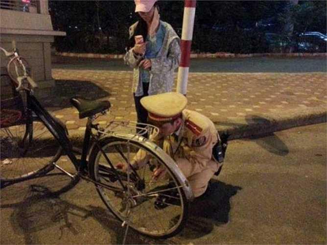 Vào cuối năm 2012, bức ảnh một cảnh sát giao thông sửa xe đạp giúp cô gái được đăng tải trên mạng đã thu hút được 17.600 lượt thích chỉ trong vòng chưa đầy 1 ngày.